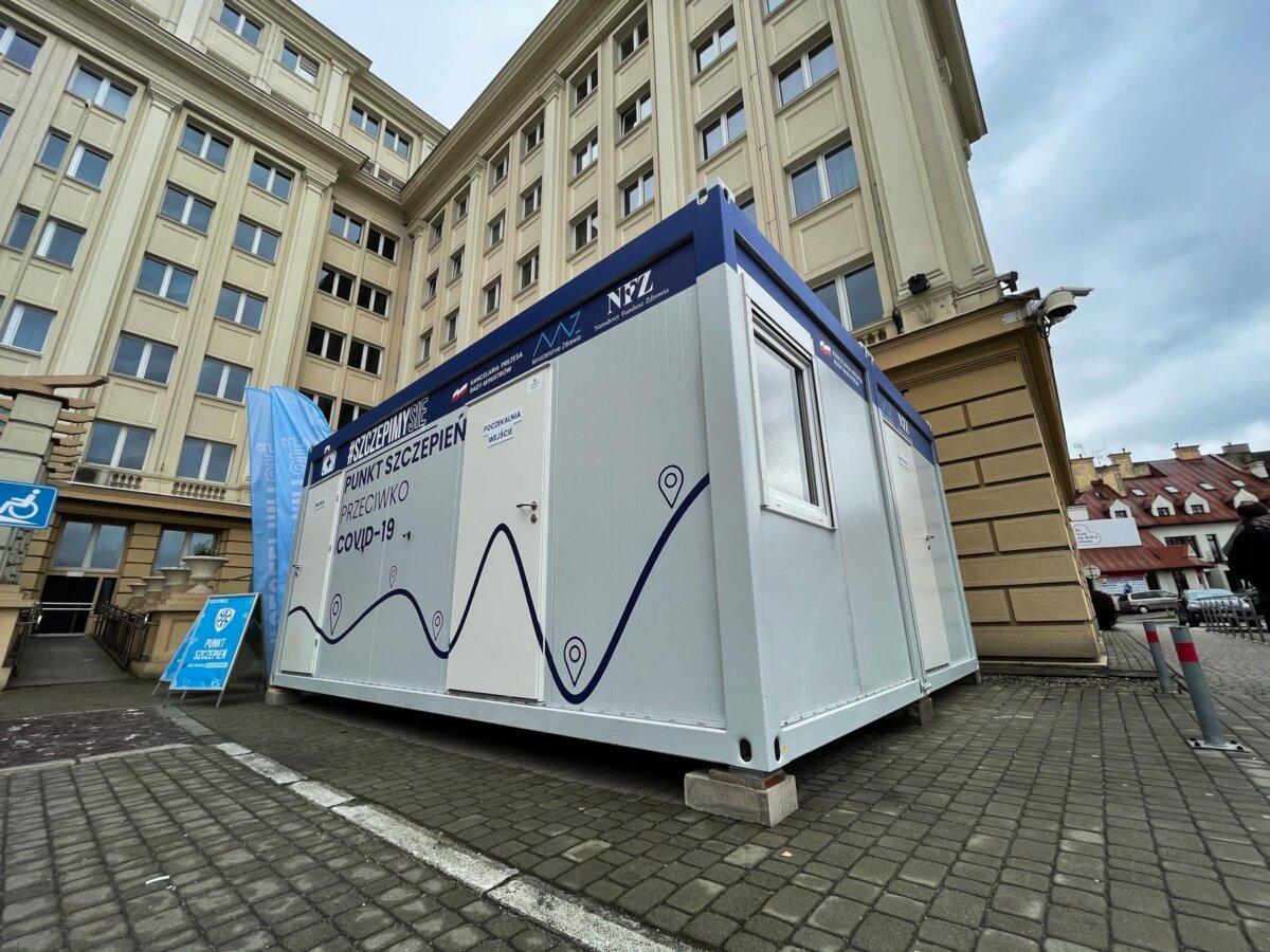 Akcja szczepień przed budynkiem PUW w Rzeszowie